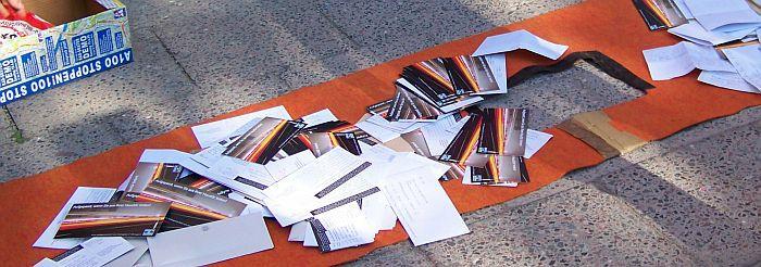 Auf der A100-Stoppen-Demo abgegebene Einwendungen liegen zum Einwurf in den Briefkasten der Senatsverwaltung für Stadtentwicklung bereit